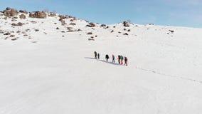 Un grupo de turistas en una munición especial con quienes pase a través de dificultades y de derivas encima de una colina grande  metrajes