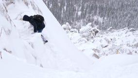 Un grupo de turistas sube al top de una montaña nevada almacen de metraje de vídeo