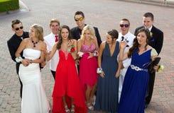 Un grupo grande de adolescentes que van al baile de fin de curso Foto de archivo