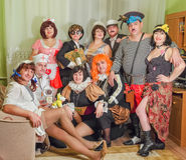 Un grupo grande de amigos vestidos como caracteres famosos Día de fiesta del Año Nuevo Imagen de archivo libre de regalías