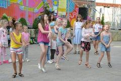 Un grupo grande de salto, de deportes y de baile felices de los niños de los deportes de la diversión Niñez, libertad, felicidad, fotos de archivo libres de regalías