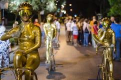 Un grupo que presenta como estatuas vivas en un festival Imagenes de archivo