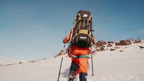 Un grupo valeroso de escaladores en el equipo está haciendo su ruta a través de las derivas profundas almacen de video