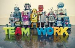 Un gruppo dei robot d'annata con la parola LAVORO DI GRUPPO fotografia stock