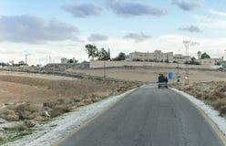Un gruppo di adolescenti che guidano nel corpo aperto dell'offerta sulla strada suburbana vicino alla città di Madaba in Giordani fotografia stock