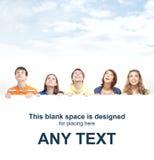 Un gruppo di adolescenti che tengono una grande insegna bianca Fotografia Stock