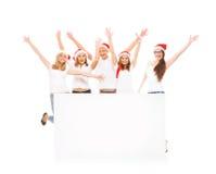 Un gruppo di adolescenti felici ed emozionali in cappelli di Natale Immagini Stock
