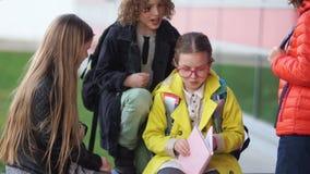 Un gruppo di adolescenti umilia una ragazza indifesa con i vetri Violenza adolescente, problemi, abuso fisico a scuola archivi video