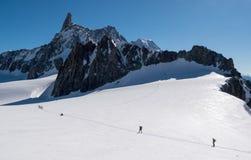 Un gruppo di alpinisti che tendono alla conquista l'ammaccatura du Geant p Fotografia Stock Libera da Diritti