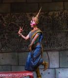 Un gruppo di ballerini di Aspara stava eseguendo ad un pubblico esegue in Siem Reap, Cambogia Immagine Stock