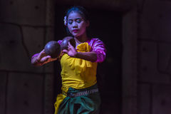 Un gruppo di ballerini di Aspara stava eseguendo ad un pubblico esegue in Siem Reap, Cambogia Immagini Stock