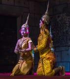 Un gruppo di ballerini di Aspara stava eseguendo ad un pubblico esegue in Siem Reap, Cambogia Immagine Stock Libera da Diritti