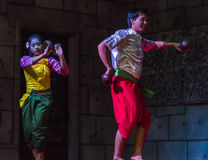 Un gruppo di ballerini di Aspara stava eseguendo ad un pubblico esegue in Siem Reap, Cambogia Fotografia Stock Libera da Diritti