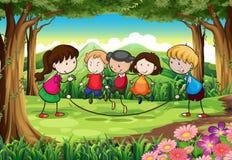 Un gruppo di bambini che giocano alla foresta royalty illustrazione gratis