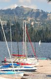 Un gruppo di barche a vela al bacino fotografie stock