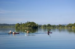 Un gruppo di canoe nel lago Fotografie Stock