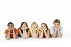 Un gruppo di cinque bambini in giovane età in studio fotografia stock libera da diritti