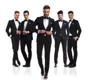 Un gruppo di cinque uomini eleganti con il capo che abbottona vestito immagini stock libere da diritti