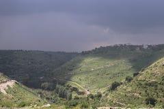 Un gruppo di colline in cielo nuvoloso immagini stock libere da diritti