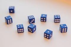 Un gruppo di 9 dadi su fondo bianco Fotografia Stock Libera da Diritti