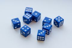 Un gruppo di 9 dadi su fondo bianco Fotografia Stock