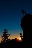 Un gruppo di due alpinisti roped scala la montagna Immagini Stock Libere da Diritti