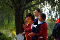 Un gruppo di fedele prega davanti al fiume vicino al ponte antico della portata del ponte diciassette di Shuanglong Jianshui, il  fotografia stock
