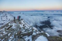 Un gruppo di fotografi che catturano l'alba nelle montagne francesi Immagine Stock Libera da Diritti