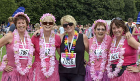 Un gruppo di friengs nella Corsa-per-vita Regno Unito del vestito operato Immagini Stock