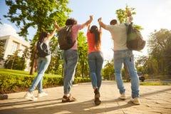 Un gruppo di gente felice al tramonto sulla via fotografie stock libere da diritti