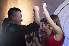 Un gruppo di giovani amici che ballano in un night-club Fotografie Stock