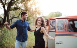 Un gruppo di giovani amici su un roadtrip attraverso la campagna fotografia stock