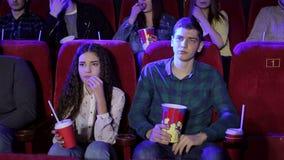 Un gruppo di giovani che guardano un film triste nel cinema, la ragazza sta gridando archivi video