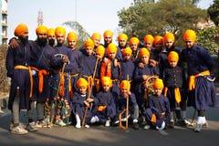 Un gruppo di giovani ragazzi sikh tradizionalmente vestiti Fotografia Stock Libera da Diritti