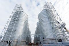 Un gruppo di granai per la conservazione grano e degli altri chicchi di grano Una fila dei granai contro il cielo blu Immagine Stock Libera da Diritti