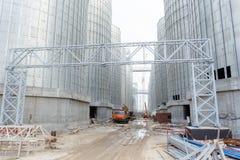 Un gruppo di granai per la conservazione grano e degli altri chicchi di grano Una fila dei granai contro il cielo blu Fotografia Stock Libera da Diritti