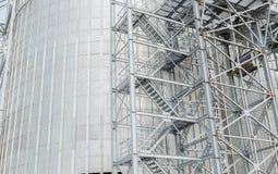 Un gruppo di granai per la conservazione grano e degli altri chicchi di grano Una fila dei granai contro il cielo blu Fotografie Stock
