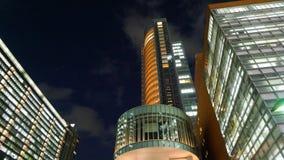 Un gruppo di grattacieli moderni nella città di Toyko nel Giappone alla notte fotografia stock