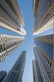 Un gruppo di grattacieli nel Dubai visto da sotto Immagine Stock