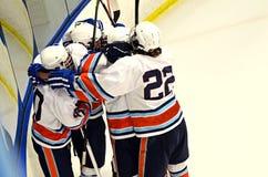 La squadra di hockey celebra Immagini Stock