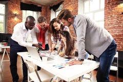 Un gruppo di lampo di genio creativo del lavoratore cinque insieme in ufficio, nuovo stile di area di lavoro, scena felice della  fotografie stock