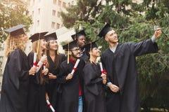 Un gruppo di laureati che celebrano Immagini Stock