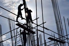 Un gruppo di lavoratori dell'industria siderurgica della costruzione filippina che montano le barre d'acciaio su grattacielo senz Fotografia Stock Libera da Diritti