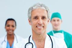 Un gruppo di levarsi in piedi dei medici Fotografie Stock
