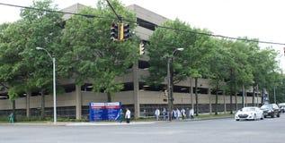 Un gruppo di medici che camminano davanti ad un ospedale Immagini Stock Libere da Diritti
