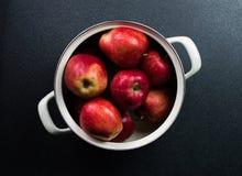 Un gruppo di mela in un vaso Immagini Stock