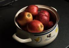 Un gruppo di mela in un vaso Immagini Stock Libere da Diritti