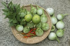 Un gruppo di ortaggi freschi in un canestro peperoncini, e verde Immagini Stock