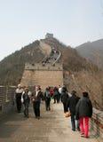Un gruppo di persone che camminano lungo la sezione di BaDaling della grande muraglia Pechino Immagine Stock Libera da Diritti