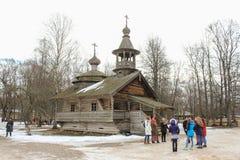 Un gruppo di persone dalla vecchia chiesa Fotografie Stock Libere da Diritti
